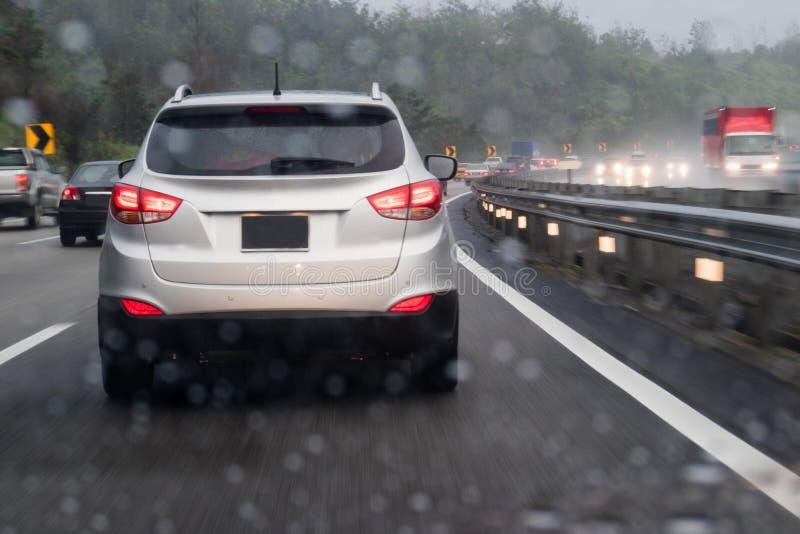 Engarrafamento da estrada durante o dia chovendo pesado foto de stock royalty free