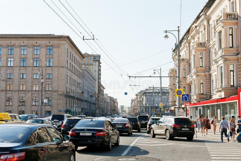 Engarrafamento na rua de Tverskaya em Moscou fotografia de stock royalty free
