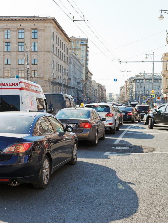 Engarrafamento na rua de Tverskaya em Moscou, Rússia imagem de stock royalty free