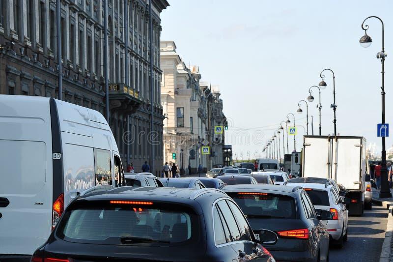 Engarrafamento na terraplenagem do palácio em St Petersburg foto de stock royalty free