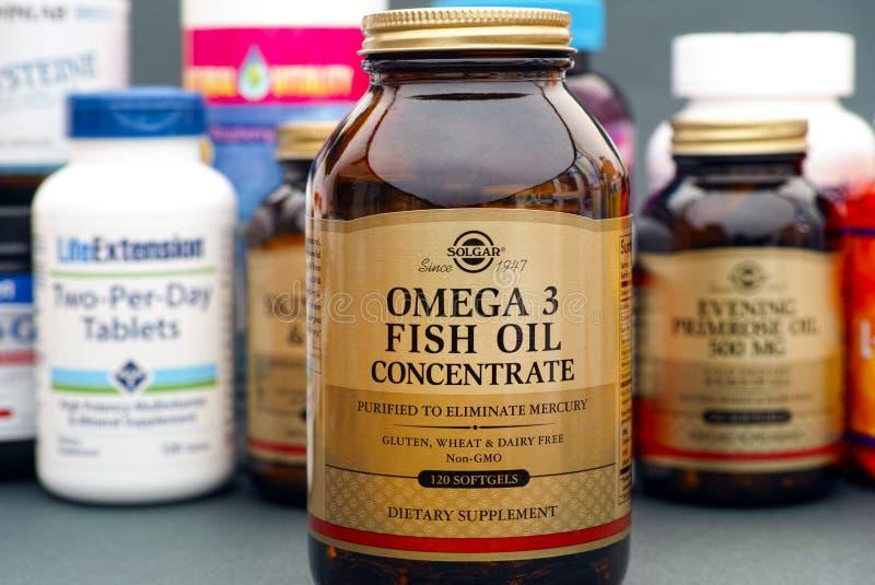 Engarrafe com o concentrado do óleo de peixes da ômega 3 por Solgar fotografia de stock