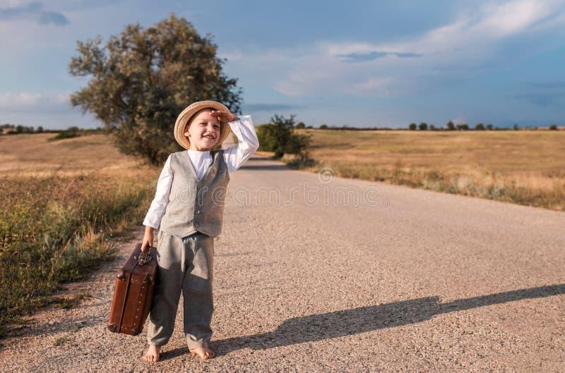 Engate do menino que caminha na estrada Estilo retro foto de stock royalty free