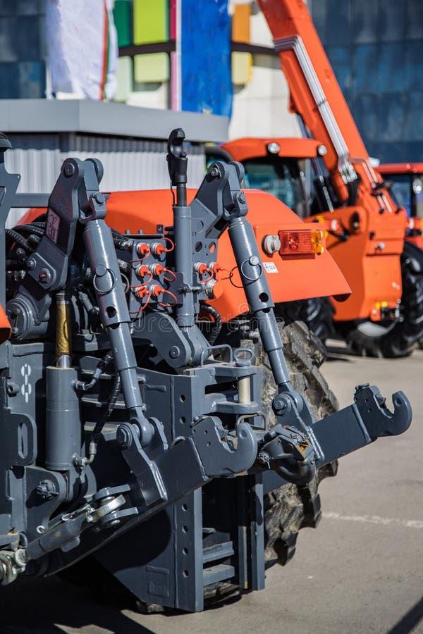 Engate hidráulico Quadro de levantamento hidráulico Mecanismo traseiro para unir o equipamento arrastado do trator fotografia de stock