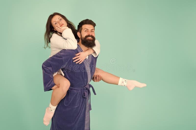 Enge Beziehung H?bscher junger Mann, der seine Freundindoppelpolfahrt gibt Verbinden Sie in den Badem?ntel, die Spa?t?rkis haben lizenzfreies stockbild