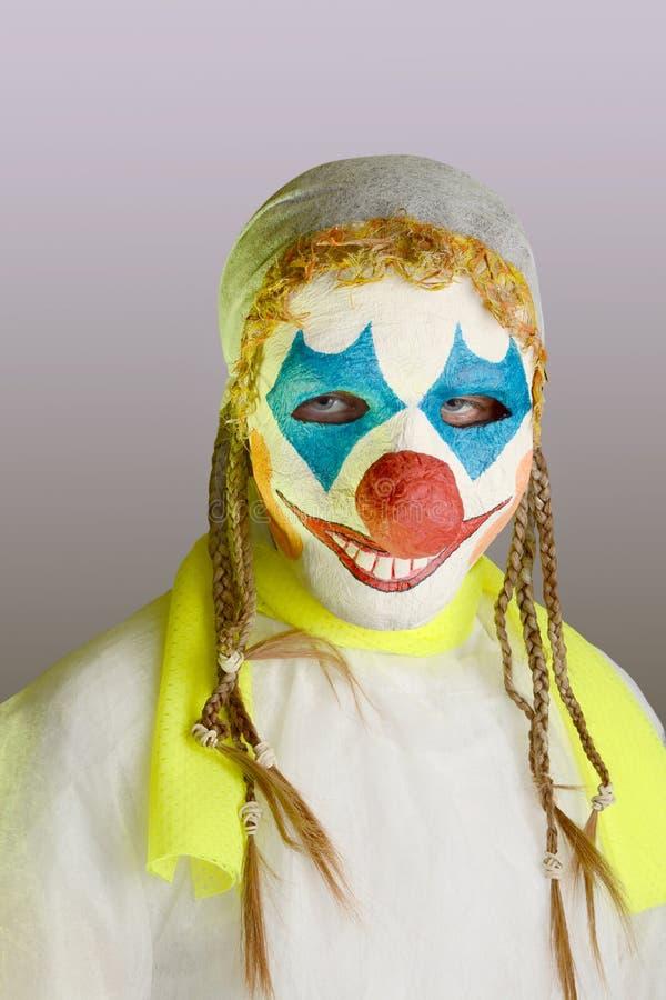 Enge clown op een grijze achtergrond royalty-vrije stock fotografie