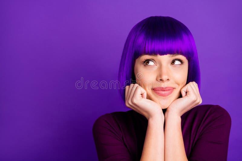 Enge Foto von einer süßen Dame, die ihr Kinn mit Armen berührt, die einen Schildkrötenschlag auf violett-violettem Hintergrund tr lizenzfreie stockfotografie