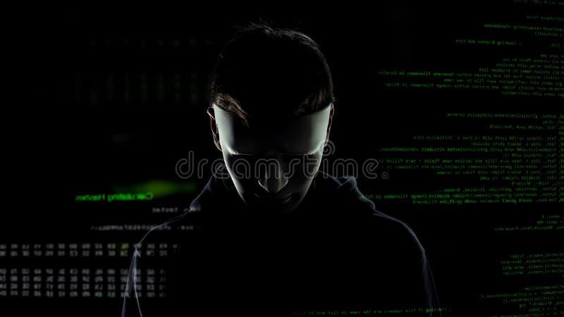 Enge hakker die in wit masker persoonsgegevens, codes en aantallenachtergrond aanvallen royalty-vrije stock foto