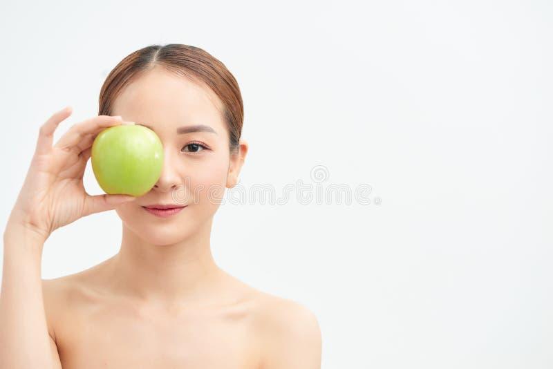 Enge halbe nackte Frau 20s perfekte Haut Akt bilden Apfel isoliert auf weißem Hintergrund Studio Portrait stockfoto