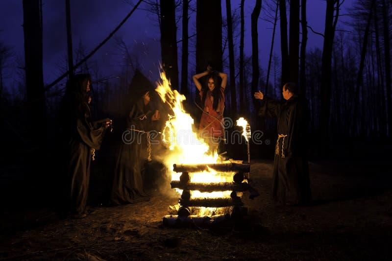 Enge Halloween-foto De mensen in zwarte kleren, branden de heks bij t royalty-vrije stock foto