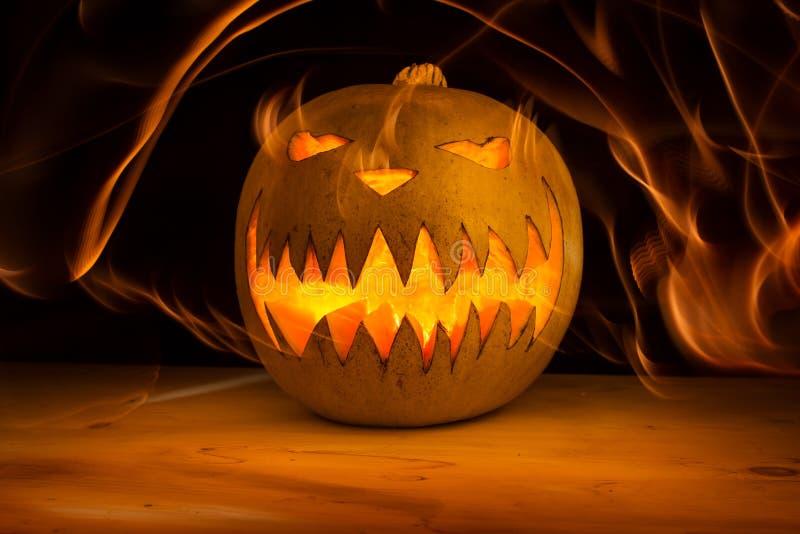 Enge Halloween-pompoen in brand royalty-vrije stock fotografie