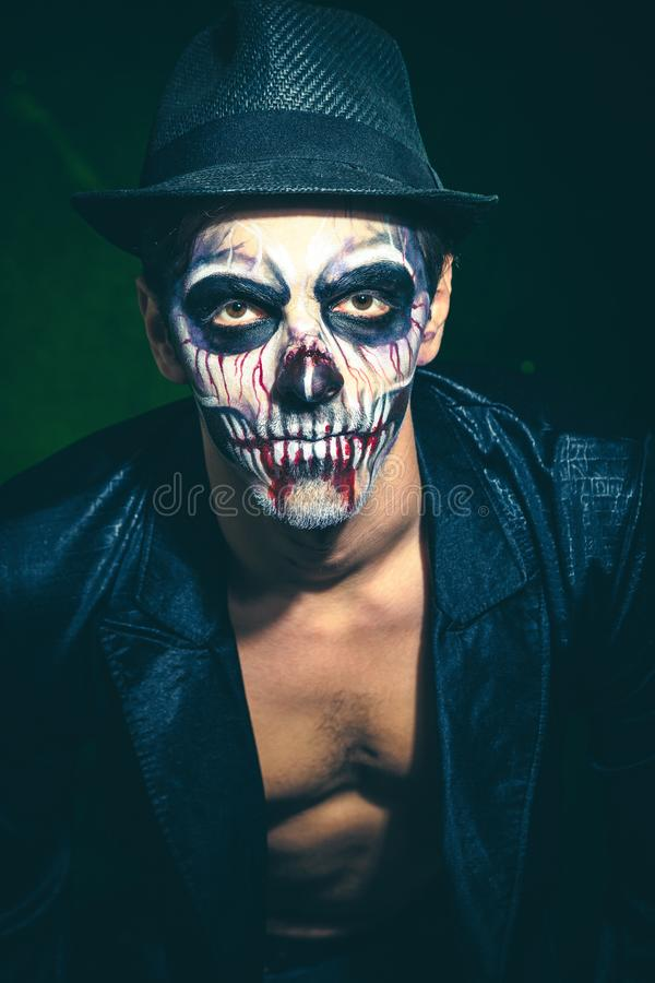 Enge Halloween-skeletmens in jasje en hoed royalty-vrije stock foto