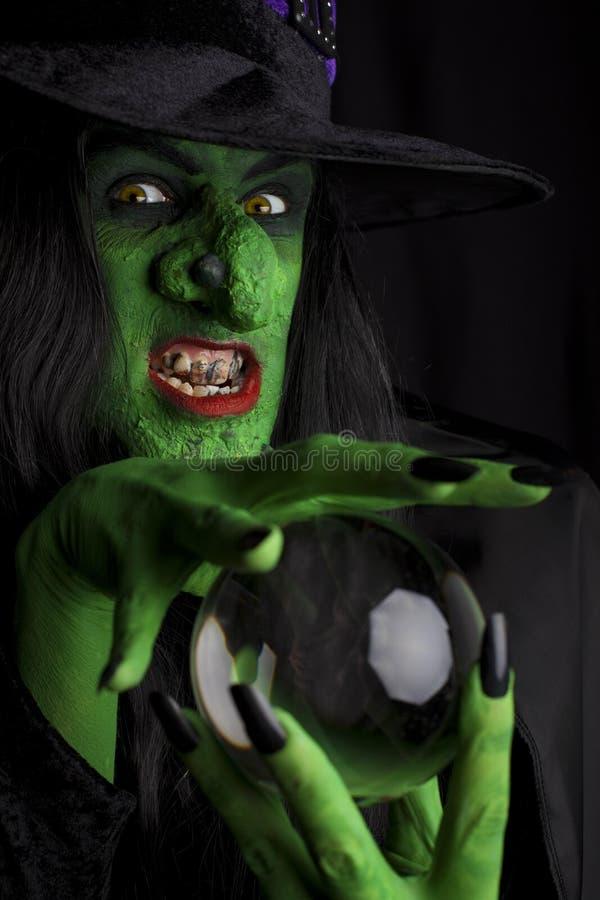 Enge heks met haar kristallen bol. stock afbeelding