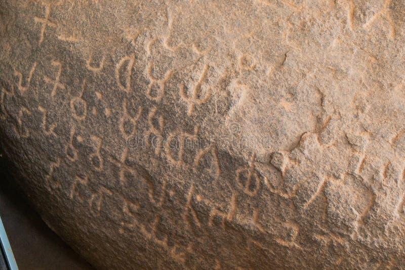 Enge Inschriftenaufnahmen von Kaiser Ashoka in der Höhle von Maski, Raichur, Indien stockbilder