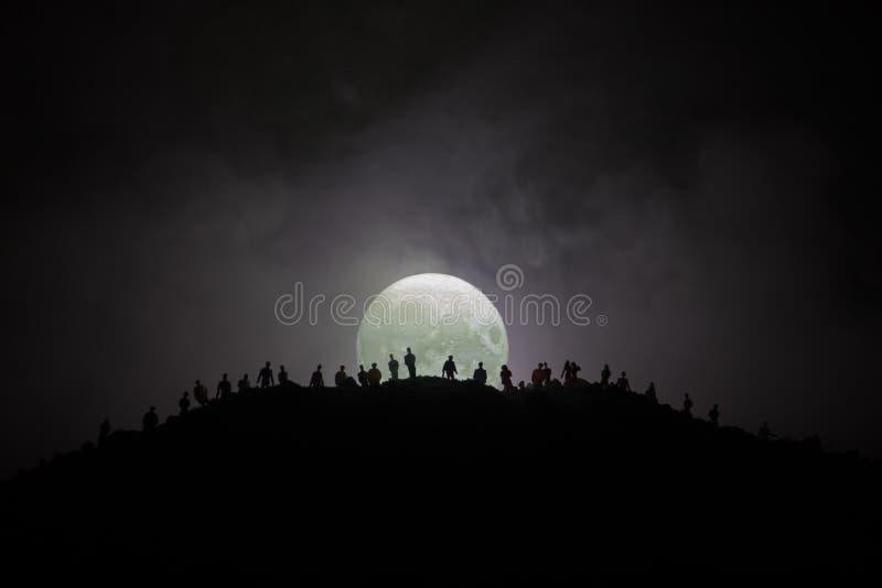 Enge meningsmenigte van zombieën op heuvel met griezelige bewolkte hemel met mist en het toenemen volle maan Silhouetgroep die zo vector illustratie