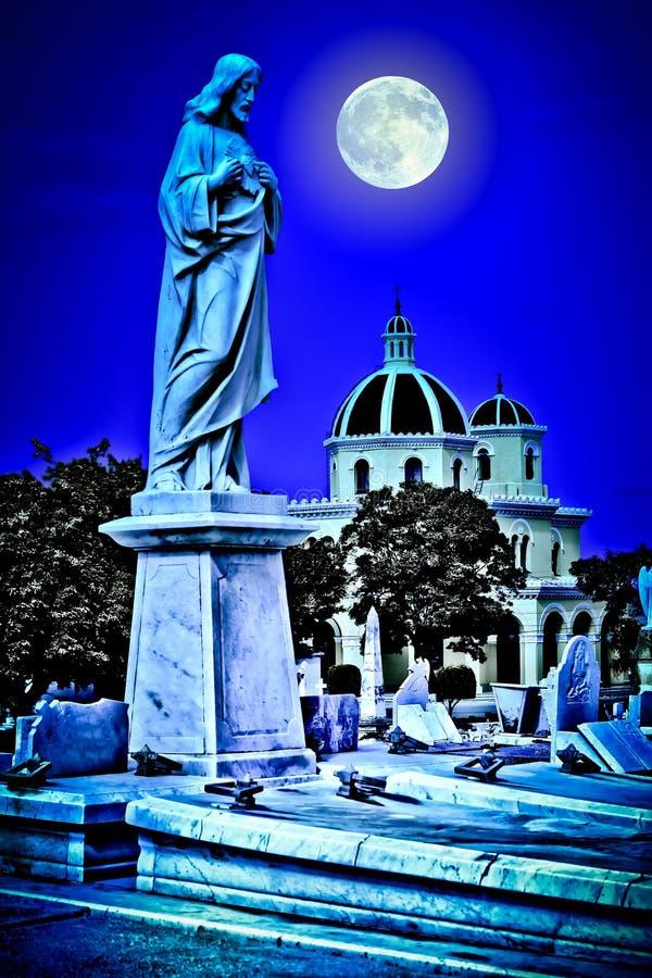 Enge oude begraafplaats bij nacht royalty-vrije stock foto
