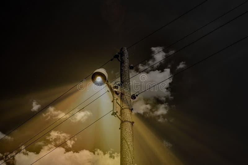 Enge straatlantaarn op een griezelige nacht stock afbeeldingen