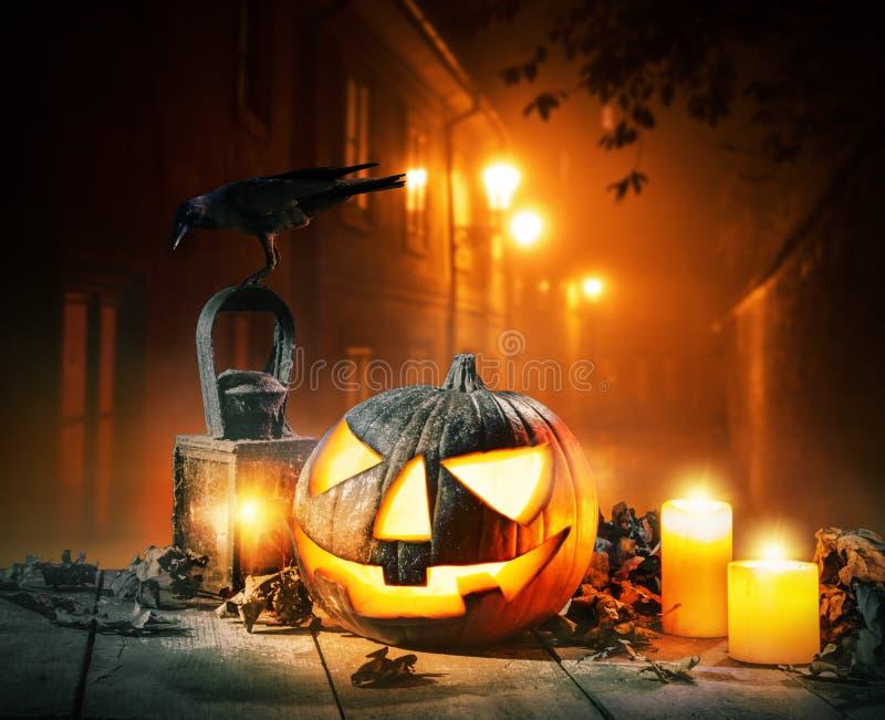 Enge verschrikkingsachtergrond met Halloween-de lantaarn van de pompoenhefboom o royalty-vrije stock foto