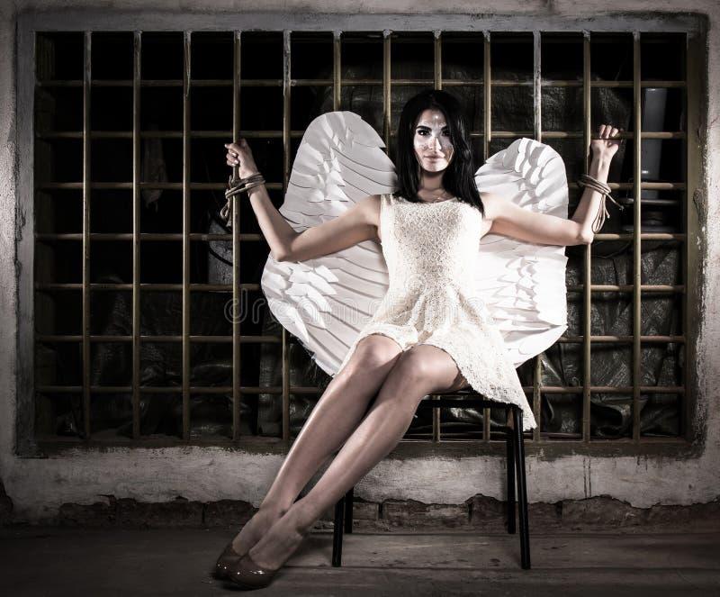 Engel aan het rooster wordt gebonden dat stock afbeeldingen