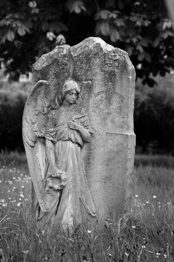 Engel auf leerem Grundstein stockfoto