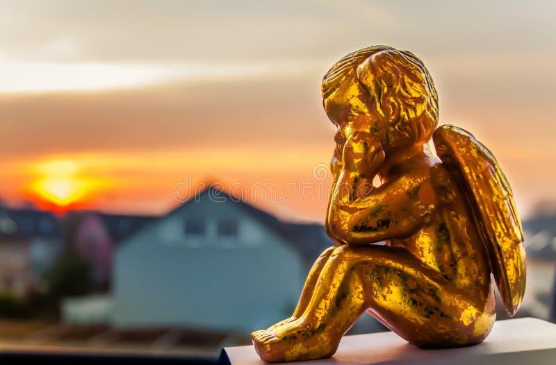 Engel, der den Sonnenuntergang aufpasst lizenzfreie stockbilder