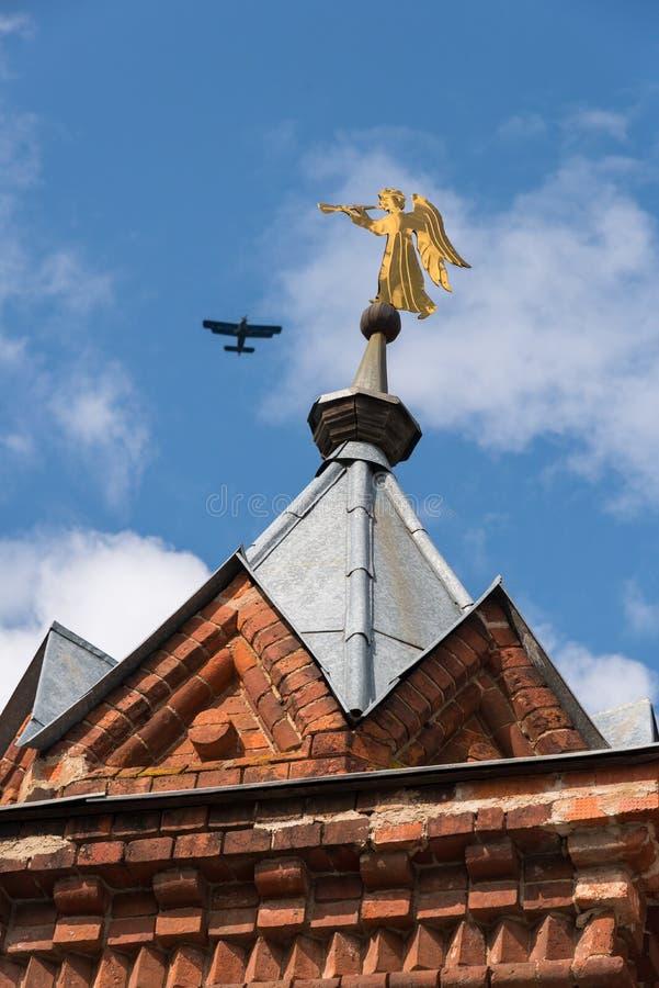Engel der goldenen Trompete auf Wandturm, Chernigovsky-skete der Heiligen Dreifaltigkeit Sergius Lavra in Sergiev Posad, Russland lizenzfreies stockfoto