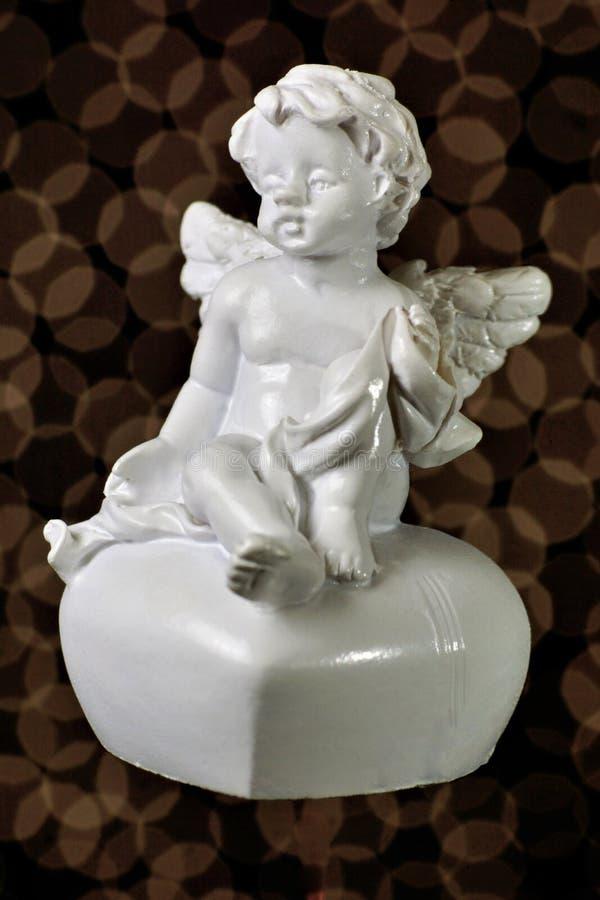 Engel des Liebe Heiligvalentinsgrußes und -herzens Der geflügelte Engel der Liebe, ein Bote, ein geistiges Sein, teilt den Willen lizenzfreies stockbild