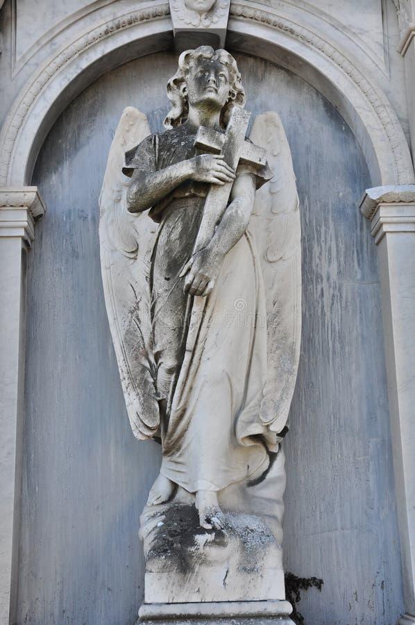 Engel die een kruis, San houden Michele Cemetery, Venetië stock afbeeldingen