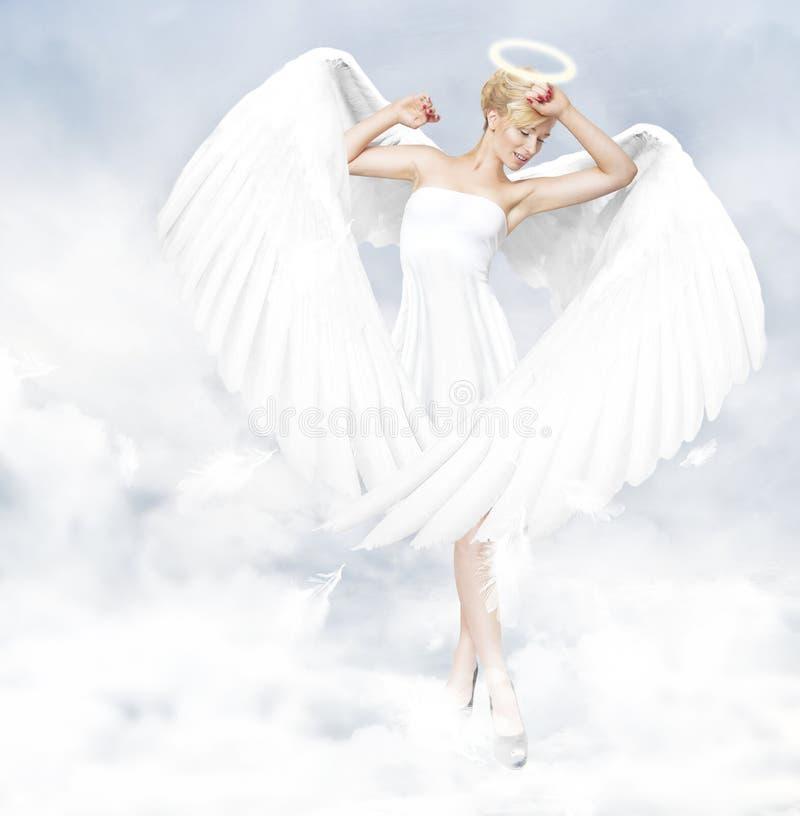 Engel die zich in wolken bevindt stock afbeelding