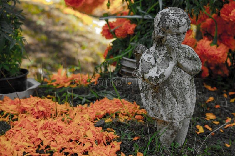 Engel en bloemen stock fotografie