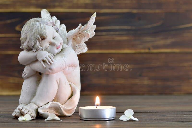 Engel en brandende kaars stock foto