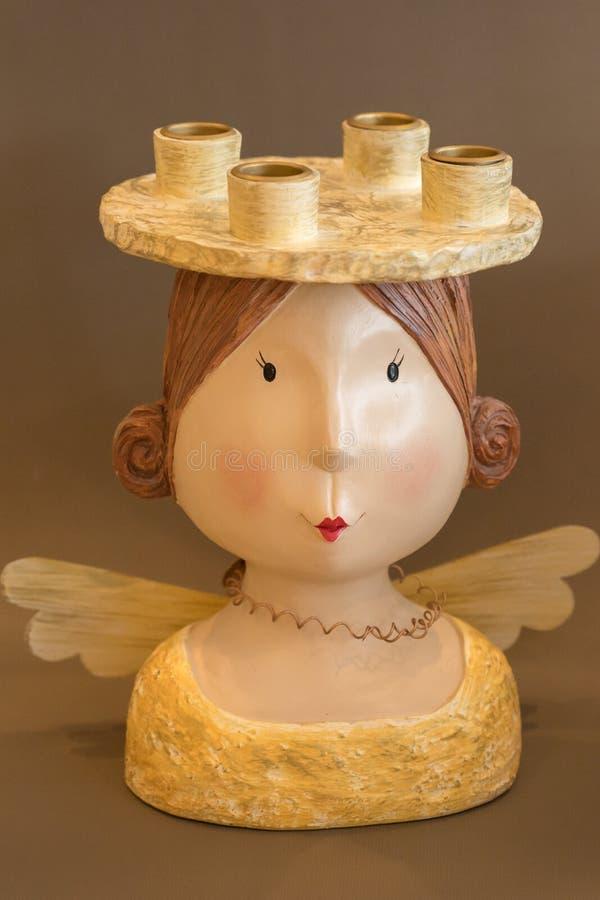 Engel met kaarsenhouder op hoofd, huisdecoratie, komst, Kerstmisdecoratie, warme kleuren stock fotografie