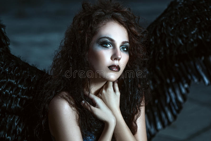 Engel met zwarte vleugels stock foto