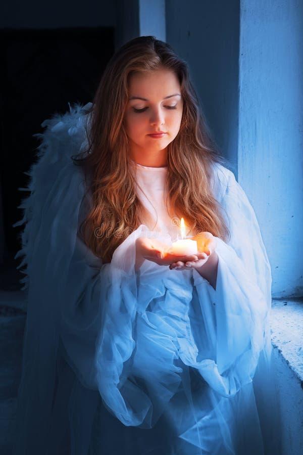 Engel mit einer Kerze stockfotos