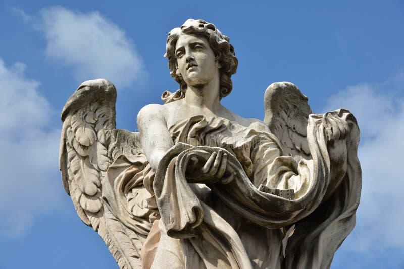 Engel mit Kleid und Würfeln von Ponte Sant'Angelo, in Rom stockfoto