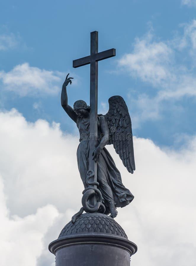 Engel mit Kreuz auf der Alexander-Spalte am Hintergrund dayti stockbild