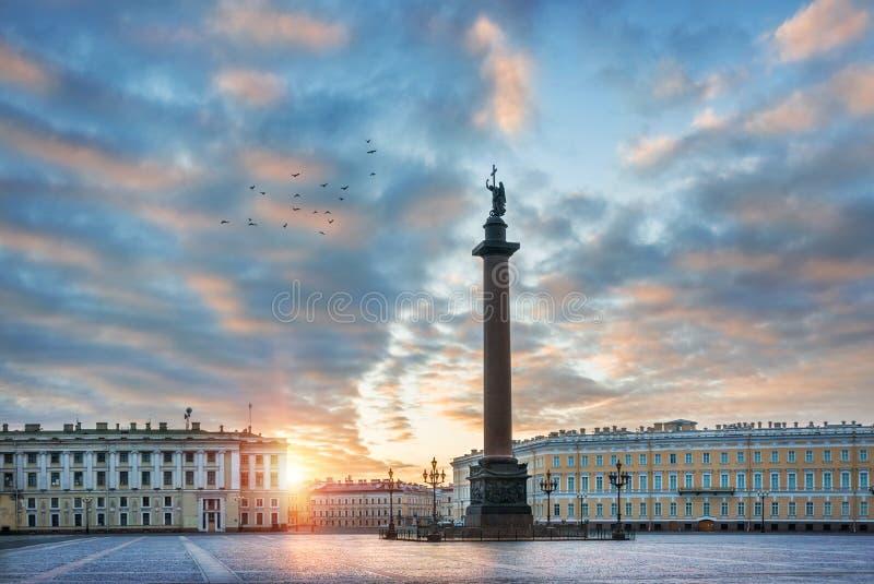 Engel op Alexander Column op het Vierkant van het Paleis royalty-vrije stock afbeelding