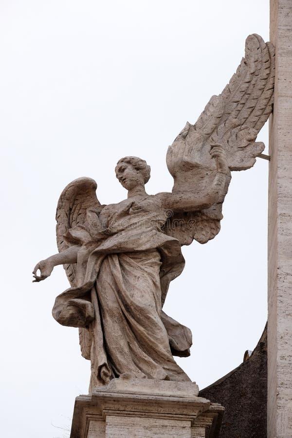 Engel op het portaal van Sant Andrea della Valle Church in Rome stock foto's