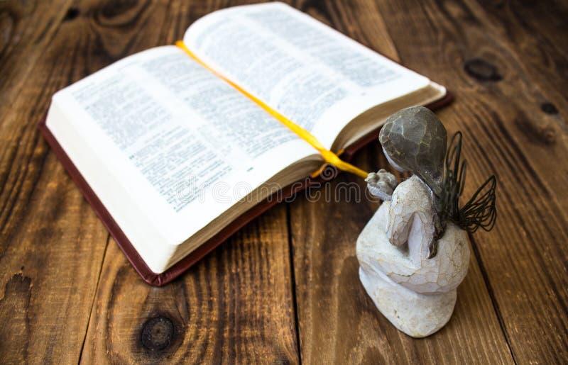 Engel und Bibel lizenzfreies stockfoto
