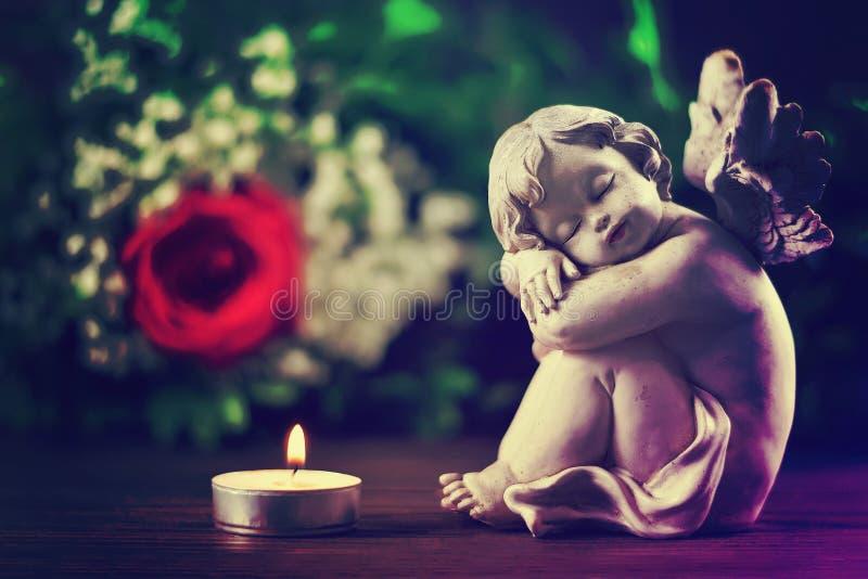 Engel und brennende Kerze stockfotografie