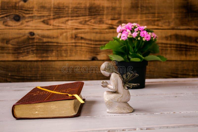 Engel und die Bibel und die Blumen stockbild