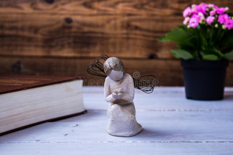 Engel und die Bibel und die Blumen lizenzfreie stockbilder