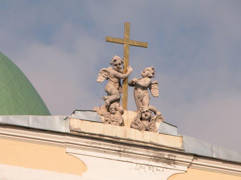 Engel und Kreuz stockfoto
