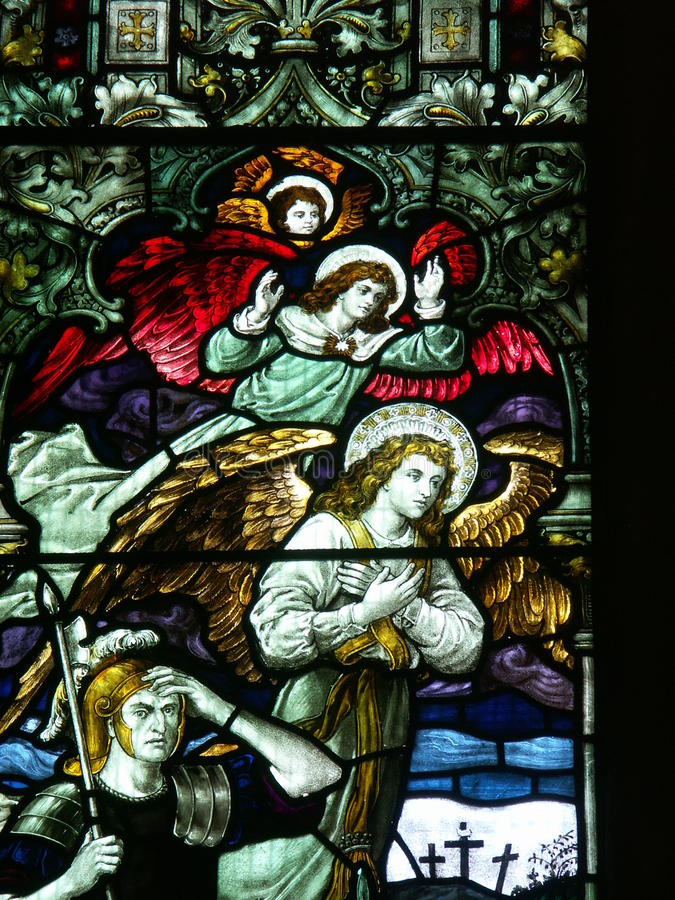 Engel und römischer Soldat auf Buntglasfenster stockfotos