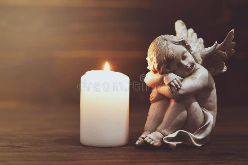 Engel und weiße brennende Kerze lizenzfreies stockbild