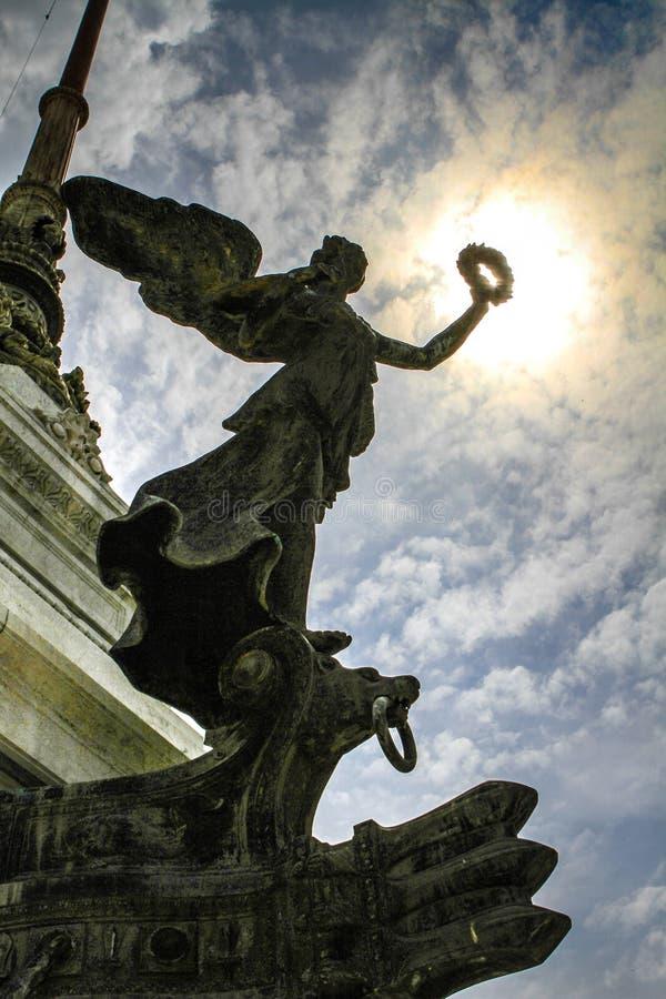 Engel vor Sonne bei Victor Emmanuel Monument in Rom stockfotos