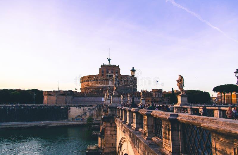 Engel ziehen sich in Rom, umgebendes Abendlicht zurück stockbilder