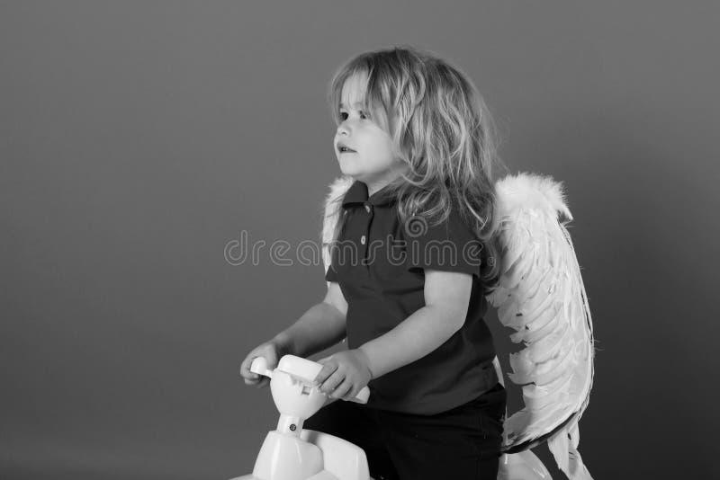 Engelachtig Kind liefde en Romaans, de vakantie van de valentijnskaartendag, bestuurder, vervoer, reis, kinderjaren stock afbeelding