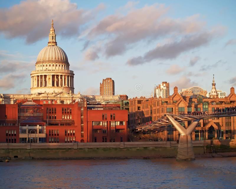 Engeland Londen, de koepel van Heilige Pauls en millenniumbrug stock foto's
