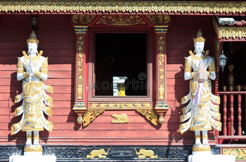 Engelenbeelden in Thaise tempel stock afbeelding