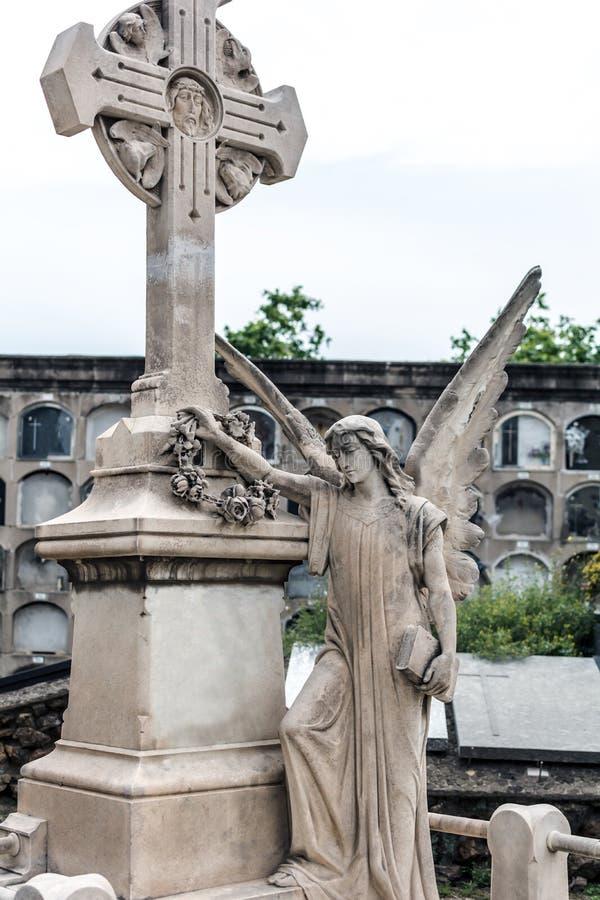 Engelenbeeldhouwwerk en een kruis in Poblenou-Begraafplaats stock afbeelding